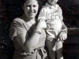 Uri Geller with his mum age 4