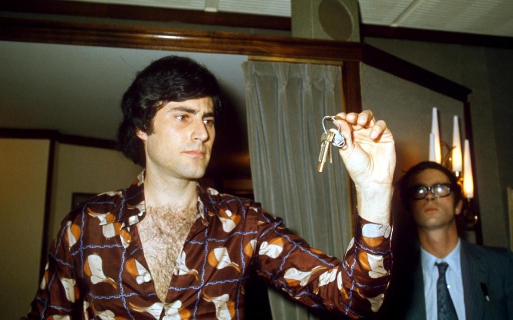 1975, URI, GELLER bends metallic objects with his mind CREDIT: REX/SHUTTERSTOCK/REX/SHUTTERSTOCK