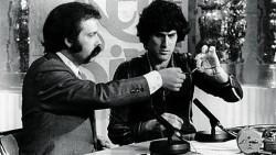 Uri Geller se convirtió en historia viva de la televisión en España con su aparición en el programa «Directísimo», que dirigía y presentaba José María Íñigo en TVE, cuando dobló cucharas y arregló relojes a distancia